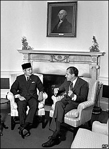 Suharto (L) meets US President Richard Nixon, May 26, 1970