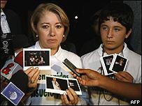 La esposa del reh�n de las FARC Alan Jara,  Claudia Rugeles de Jara y su hijo Alan Felipe.