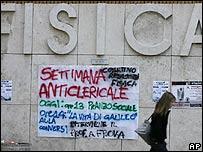 Cartel en contra de la visita papal