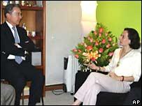 El presidente de Colombia, �lvaro Uribe, habla con Clara Rojas, reci�n liberada por las FARC