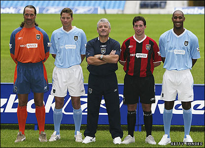 David Seaman, Michael Tarnat, Keegan, Robbie Fowler and Nicolas Anelka show off the City strips