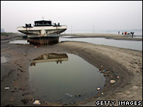 A boat sits grounded on the dried riverbed of the Yangtze Rive near Wuhan, central China  (14/12/2007)