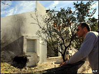 Israeli man looks at house hit by rocket in Sderot - photo 17 January