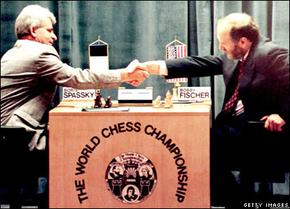 Boris Spassky (l) shakes hands with Bobby Fischer at the beginning of their first match in the Hotel Maestral 02 September 1992 in Sveti Stefan, Yugoslavia