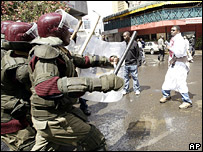 Kenyan riot police confront opposition protesters (18 January 2007)