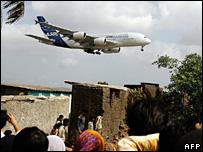 Slum dwellers living close to Mumbai airport gape at an Airbus 380