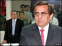 Jorge del Castillo (r) at the trial of Alberto Fujimori (l)