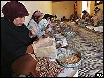 Mujeres marroquíes separan semillas de plantas medicinales
