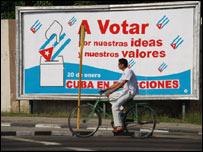 Un ciclista pasa frente a un cartel de votación (Foto: Raquel Pérez)