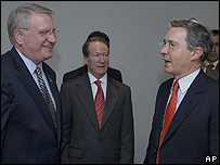 John Walters, embajador de EE.UU. en Colombia, William Brownfield y presidente �lvaro Uribe