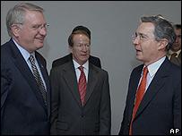 John Walters, embajador de EE.UU. en Colombia, William Brownfield y presidente Álvaro Uribe