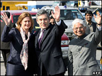 Prime Minister Gordon Brown (C), his wife Sarah (L) and Indian Minister of State for Commerce Ashwani Kumar
