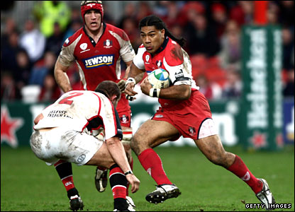 Lesley Vainikolo races through the Ulster defence
