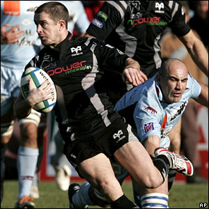 Shane Williams battles past a French defender