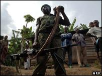 Un miembro de la milicia Mai-Mai en un camino cerca de Minova, a 50 km al sur oeste de Goma / Foto de archivo