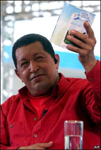 Hugo Ch�vez muestra una lata de leche durante el programa Al� Presidente