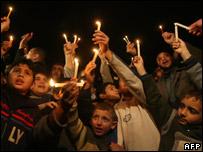 Niños palestinos protestan en Gaza en la noche del 20/01/08