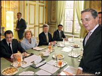Álvaro Uribe y Nicolas Sarkosy antes de comenzar formalmente la reunión
