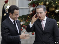 Nicolas Sarkozy y Álvaro Uribe en las afueras del Palacio del Elíseo en París