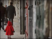 Una niña palestina en la zona este de Jerusalén, donde varios comercios cerraron en protesta contra el gobierno israelí