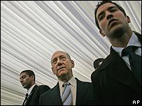 Ehud Olmert, a su llegada a la oficina este lunes por la mañana