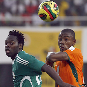 Onyekachi Apam and Saloman Kalou contest possession