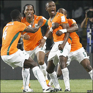 Kalou and team-mates celebrate Ivory Coast's winning goal