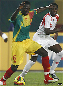 Mahamadou Diarra and Seidath Tchomogo contest possession