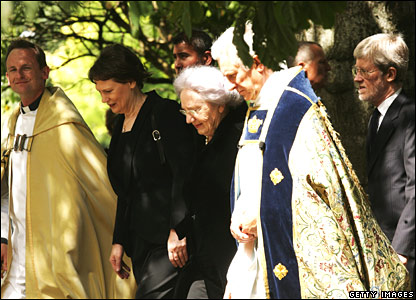 New Zealand PM Helen Clark and Lady June Hillary arrive for the funeral