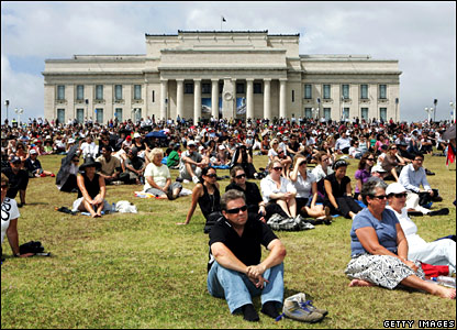 Members of the public watch the state funeral for Sir Edmund Hillary at The Auckland Domain on 22 January 2008
