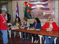Mesas electorales adornadas con consignas revolucionarias en La Habana (foto: Raquel P�rez)