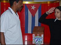 Las urnas son custodiadas por ni�os y adolescentes (foto: Raquel P�rez)