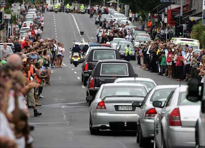 Auckland mourners line the streets as the hearse carrying the casket of Sir Edmund Hillary leaves St Mary's Cathedral.