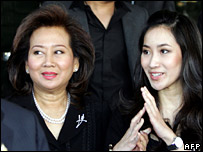 Pojamarn Shinawatra (L) arrives at court with daughter Pinthongta