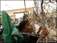 Un palestino escala el cerco en Rafah el martes
