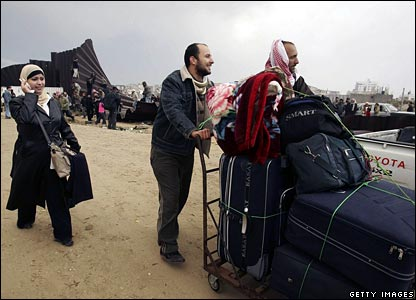 Palestinians in Gaza cross the Rafah border into Egypt on 23 January 2008