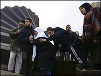 فلسطينيون يعبرون الحدود عند رفح