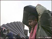 Un palestino cruza la frontera con Egipto.
