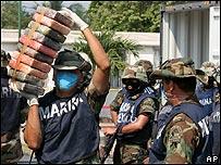 Agentes de polic�a junto a droga decomisada en M�xico