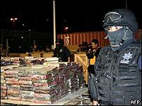 Agentes de policía junto a droga decomisada en México