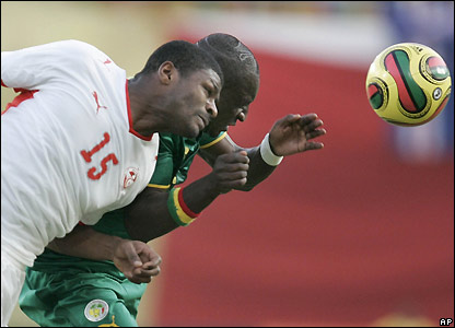Jaidi and Niang fight for a header