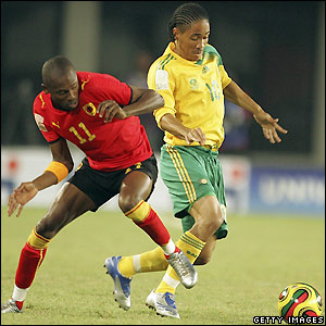 Angola's Gilberto and South Africa's Steven Pienaar contest possession