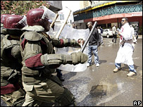 A man confronts riot police during a protest in Nairobi (18 January 2008)