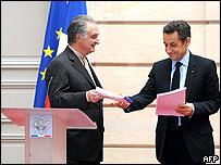 Jacques Attali y Nicolas Sarkozy en la entrega del informe
