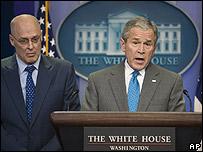 Henry Paulson, secretario del Tesoro y George W. Bush anuncian el plan de reactivación