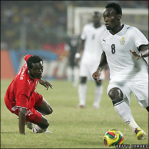 Ghana's Essien pushes forward
