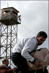 Palestino bajo una torre de vigilancia