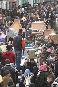 Palestinian shoppers crowd a street in the Egyptian side of Rafah (23/01/08)