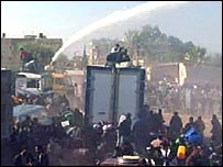 Egyptian police use a water cannon near the Gaza-Egypt border (25 January 2007)