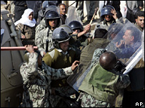 Egyptian riot police clash with Palestinians near the Egypt-Gaza border (25 January 2007)